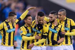 03-12-2016: Voetbal: Vitesse v PEC Zwolle: Arnhem (L-R) felicitatie voor Baker.